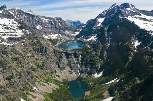 Vườn quốc gia Glacier nằm ở phía Bắc tiểu bang Montana, có biên giới phía Nam với các tỉnh Alberta và British Columbia, Canada.