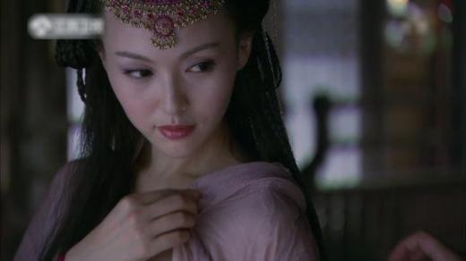Tử Huyên của Đường Yên từng khiến khán giả phải nín thở trong cảnh cô bị Trường Khanh kéo áo để lộ một bên vai. Đây được đánh giá là một trong những cảnh phim ấn tượng nhất Tiên Kiếm Kỳ Hiệp 3.