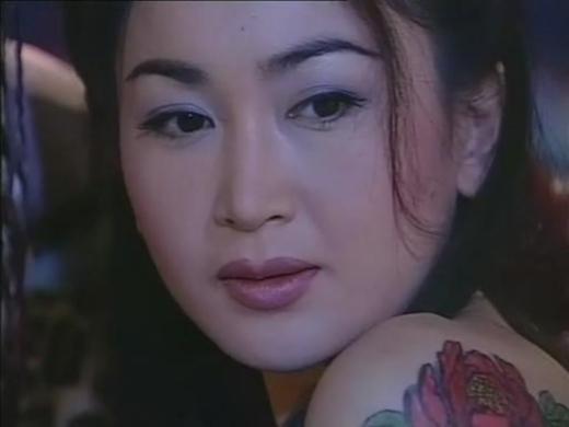 Nhắc đến vai diễn Tô Đắc Kỷ, không thể không nhắc đến Ôn Bích Hà trong phimPhong Thần Bảngphiên bản TVB. Không cần trâm cài hoa lệ cũng không cần vòng 1 đầy đặn, chỉ cần bờ vai thon cùng nét mặt quyến rũ cũng đủ để cô hút hồn khán giả.