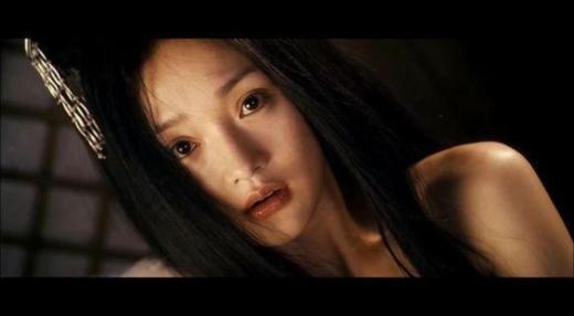Phải đến Họa Bì, khán giả mới nhận ra cô nàng nhỏ bé Châu Tấn cũng có hình ảnh gợi cảm như vậy. Khuôn mặt ngây thơ cùng với bờ vai thon gầy của nàng Tiểu Duy đã khiến trái tim khán giả rung động.