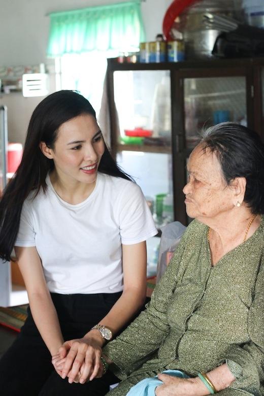 Người đẹp ân cần hỏi thăm sức khỏe các bà mẹ Việt Nam anh hùng. - Tin sao Viet - Tin tuc sao Viet - Scandal sao Viet - Tin tuc cua Sao - Tin cua Sao
