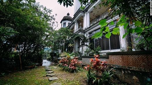 Nằm ở Wan Chai, ngôi nhà này từng thuộc sở hữu của một nhân vật quan trọng. Mang phong cách kiến trúc Ý thời kì Phục Hưng, ngôi nhà càng mang vẻ bí ẩn và kích thích trí tò mò khi nhuốm màu hoen ố, rêu phong.
