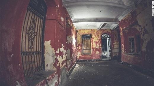 Bên trong của lầu Nam Koo được sơn một màu đỏ rực như máu, tạo cảm giác ớn lạnh xương sống cho bất cứ ai bước vào.