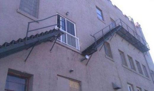 """Tập thể dục bằng cách đi cầu thang đã lỗi thời rồi, bây giờ là mốt """" trèo"""" cầu thang cơ."""