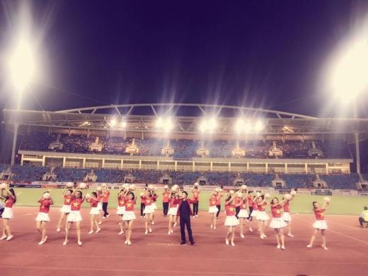 Minh Quân cũng là ca sĩ biểu diễn tại SVĐ Mỹ Đình để chào đón trận đấu ngày hôm qua. - Tin sao Viet - Tin tuc sao Viet - Scandal sao Viet - Tin tuc cua Sao - Tin cua Sao