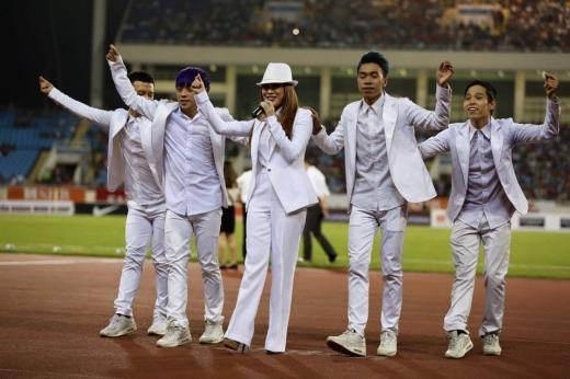Cùng với các vũ công của mình, Mỹ Tâmkhuấy động tất cả khán giả có mặt tại SVĐ Mỹ Đình. - Tin sao Viet - Tin tuc sao Viet - Scandal sao Viet - Tin tuc cua Sao - Tin cua Sao