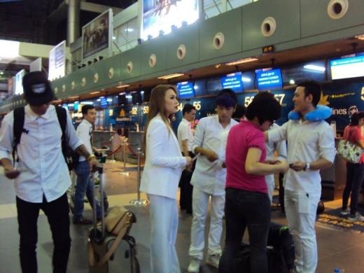 Ngay sau khi kết thúc màn biểu diễn, Mỹ Tâm đã phải ra sân bay để về TP.HCM ngay trong đêm. - Tin sao Viet - Tin tuc sao Viet - Scandal sao Viet - Tin tuc cua Sao - Tin cua Sao