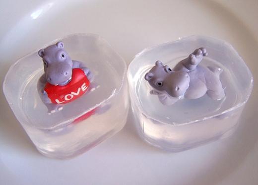 Nhóc em nhà bạn chắc chắn sẽ rất thích cục xà phòng có đồ chơi kiểu này đấy.