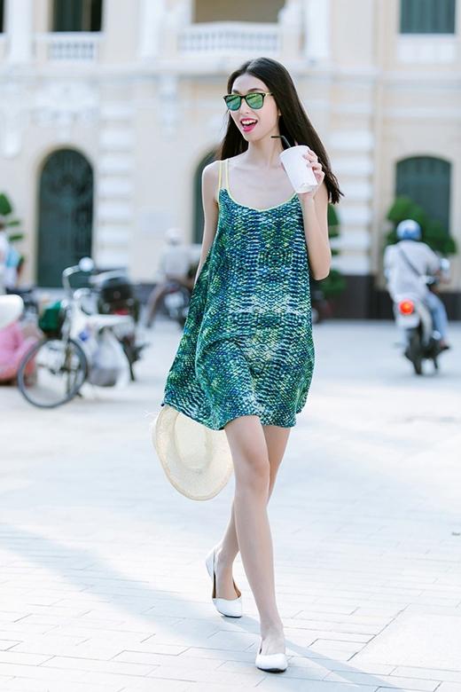 Thùy Dương được xem là hình mẫu tiêu biểu cho mốt thời trang đang làm mưa làm gió này. Sự gợi cảm trong chừng mực tạo nên nét tinh tế cho cô nàng trong bộ váy tông xanh bắt mắt.