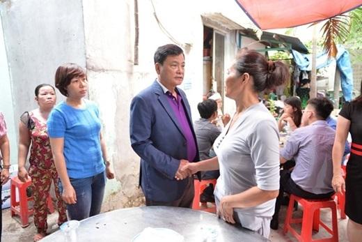 Đại diện của một kênh truyền hình nơi Lê Lưu Quang Minh làm việc cũng đến chia buồn cùng gia đình. - Tin sao Viet - Tin tuc sao Viet - Scandal sao Viet - Tin tuc cua Sao - Tin cua Sao