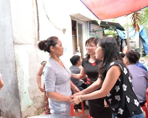 Bà con lối xóm động viên mẹ Quang Minh mạnh mẽ vượt qua cú sốc mất mát. - Tin sao Viet - Tin tuc sao Viet - Scandal sao Viet - Tin tuc cua Sao - Tin cua Sao