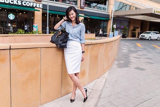 Cảm hứng thanh lịch đến từ thời trang công sở cũng được dung hòa một cách khéo léo vào thời trang đường phố cho những cô gái hiện đại.