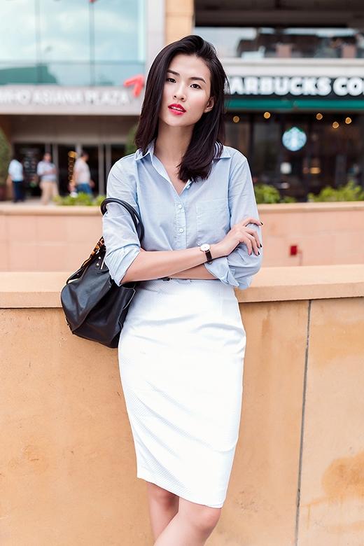 Sắc trắng trung tính phối cùng tông xanh lơ nhẹ nhàng, ngọt ngào như xua tan cái nóng oi bức cho những ngày hè.