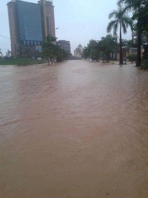 Nhiều tuyến đường ở Quảng Ninh chìm trong biển nước.
