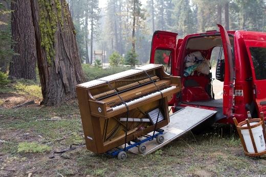 Anh gom hết tiền tiết kiệm mua một chiếc xe tải chở piano và vài đồ dùng lặt vặt để đi khắp nơi.