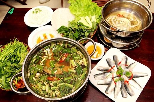 Ghé đường Hoàng Hoa Thám hoặc Trương Công Định để thưởng thức món lẩu cá đuối ngon nhất quả đất.