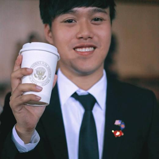 Chí Long được tặng chiếc cốc mà tổng thống Barack Obama đã từng sử dụng.