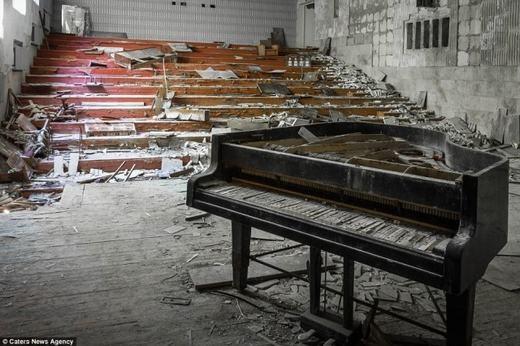 Chiếc đàn piano đã bị phá hủy nghiêm trọng và những mảnh vỡ nằm vương vãi.