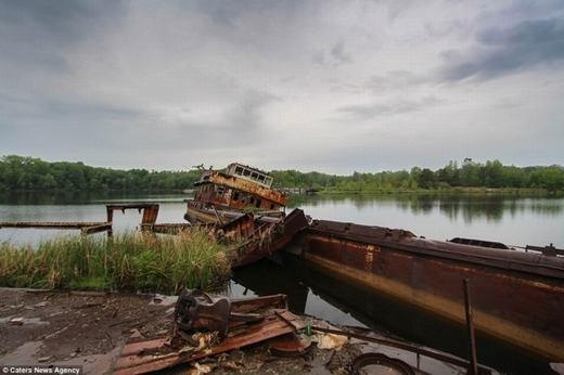 Một chiếc thuyền cũ sau bao năm đã gỉ sét.