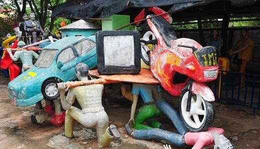 Ngay khi vừa bước qua cổng chính, bạn sẽ thấy những bức tượng dựng lại cuộc sống của người Thái trong cuộc khủng hoảng tài chính châu Á năm 1997.