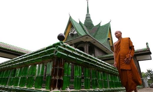 Những năm đầu thập niên 80, một nhóm các nhà sư Thái Lan đã tận dụng những chiếc vỏ chai bị vứt đầy trên đường phố để mang về trang trí cho ngôi chùa, từ đó ngôi chùa vỏ chai bia nổi tiếng của ngày nay đã ra đời.