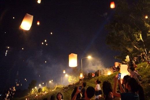 Hầu như mọi người chỉ biết lễ hội thả đèn trời ở Chiang Mai mà không biết rằng cách đó không xa, tại tỉnh Mahasarakham, người dân ở đây cũng tổ chức lễ hội này. Vì vậy, để không phải chen chúc trong một biển người ở Chiang Mai để thả đèn và chi trả chi phí du lịch đắt đỏ, hãy đến Mahasarakham thanh bình nhé.