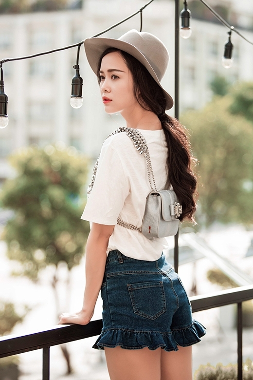 Nếu yêu thích sự ngọt ngào, nữ tính thì bộ trang phục tươi trẻ của Vũ Ngọc Anh sẽ là một lựa chọn tuyệt vời cho các cô gái.