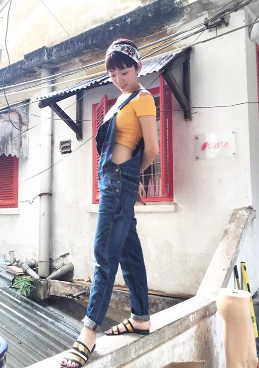Tóc Tiên khoe khéo vòng eo thon gọn trong chiếc quần jeans yếm phối cùng crop top ôm sát. Cô còn tạo điểm nhấn cho bộ trang phục bởi cách diện 1 dây yếm và thắt thêm khăn turban nữ tính.
