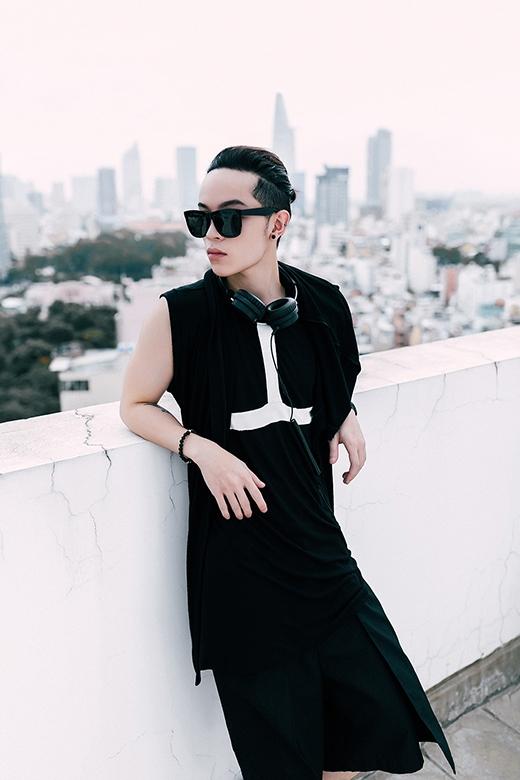 Mặc dù theo đuổi sự cá tính, nổi loạn và một chút khác biệt trong phong cách unisex, nhưng hình ảnh của Kelbin Lei luôn thấm đượm tinh thần của thời trang cao cấp. Tuy nhiên, tất cả đều mang tính ứng dụng cao và bắt nhịp khá nhanh với dòng chảy của thời trang thế giới.