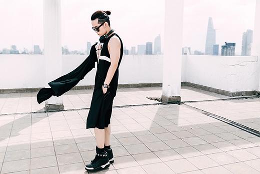 Chàng stylist đình đám mang đến hình ảnh trẻ trung, năng động qua chiếc áo phông không tay oversized phối cùng quần lửng và áo khoác ngoài.
