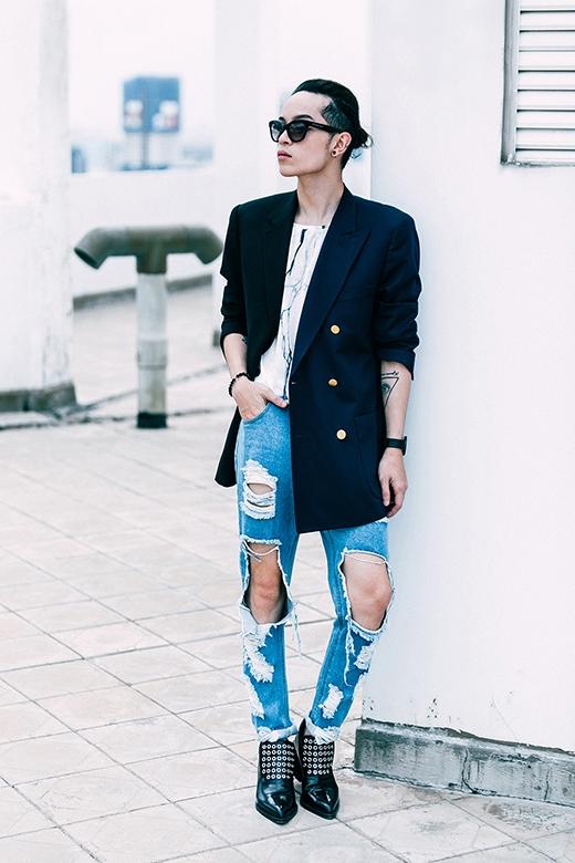 Với thân hình mảnh dẻ khá lí tưởng cho việc trải nghiệm phong cách phi giới tính, khi diện những tông màu sáng như: xanh, trắng vẫn không làm giảm sự thu hút của Kelbin Lei so với sắc đen truyền thống.