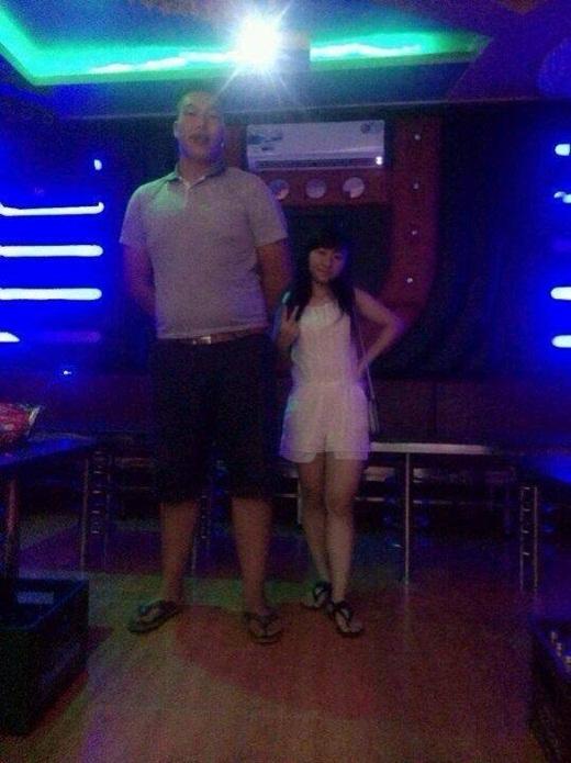Với chiều cao trong bức hình, anh chàng được mọi người đánh giá phải có chiều cao khoảng 2m và cô bạn gái đứng cạnh trông thực sự quá nhỏ bé.