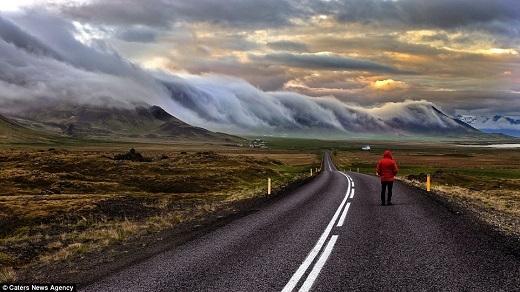 Wim Denijs đã chụp rất nhiều cảnh thiên nhiên kì vĩ của Iceland, trong số đó nổi bật là bức ảnh sương mù trên núi này.