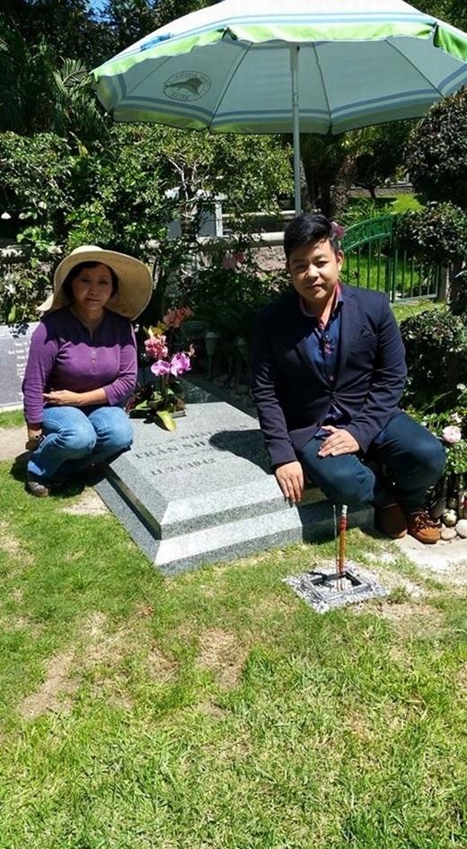 Quang Lê bị 'ném đá' khi ngồi lên mộ nhạc sĩ Nhật Ngân. - Tin sao Viet - Tin tuc sao Viet - Scandal sao Viet - Tin tuc cua Sao - Tin cua Sao