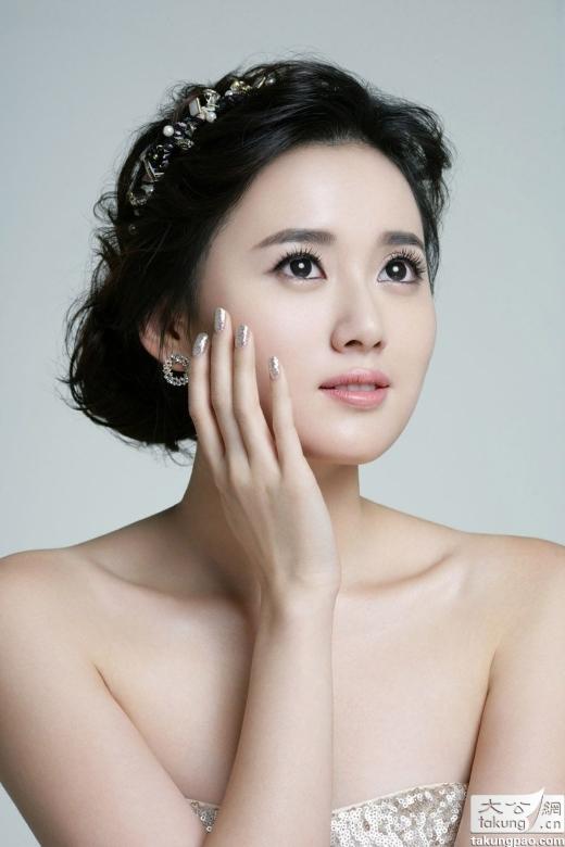 Giang Khải Đồng là nghệ sĩ nữ nhận được sự ủng hộ và lăng-xê mạnh mẽ của Lý Tương. Nhờ có nữ MC nổi tiếng này mà cô được mời tham gia rất nhiều bộ phim nhưng lại không thể nổi tiếng.