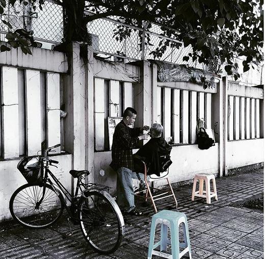 Những tiệm hớt tóc dân dã ngay trên vỉa hè cũng là nét văn hóa đặc trưng của người Sài Gòn xưa cũ. (Ảnh: IG hanhattien)