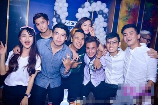 Rất nhiều bạn bè tới chúc mừng sinh nhật Khả Ngân.