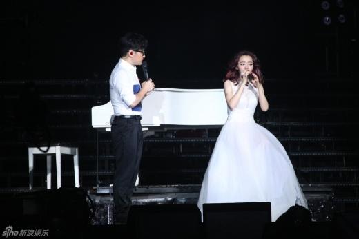 Trương Lương Dĩnh cố gắng hát mặc dù bị thương.