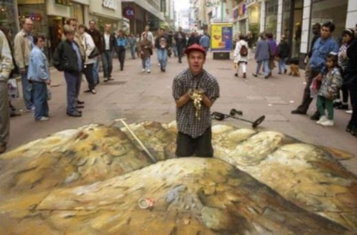 Nhìn bức hình này, nhiều người đã lầm tưởng anh bạn trên đã đào được kho báu ở trong thành phố.