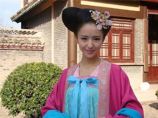 Trong Mỹ Nhân Thiên Hạ, Đồng Lệ Á vào vai Vũ Khuynh Thành, đóa mẫu đơn cao quý, xinh đẹp và tao nhã nhất phim. Dù chỉ là vai phụ nhưng cô lại dễ dàng lấn át dàn diễn viên chính nhờ nhan sắc hoàn hảo của mình.