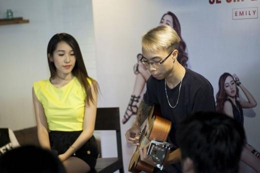 Sự kết hợp giữa Emily và Tùng Acoustic đã tạo nên những bản nhạc nhẹ nhàng rất được khán giả trẻ yêu thích.