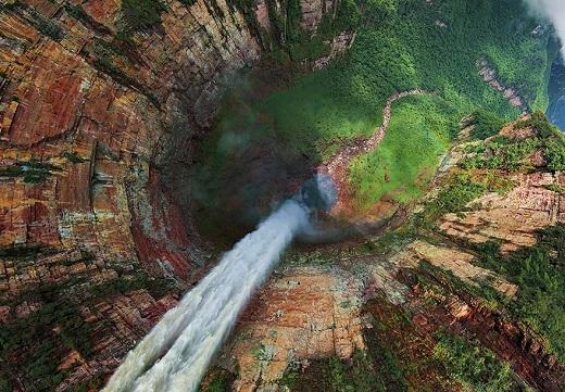 Dòng thác trắng xóa đổ ào ạt xuống tạo cảm giác thót tim cho những ai sợ độ cao.