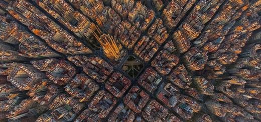 Những tòa cao ốc ở thành phố Barcelona được nhuộm sắc vàng trong giây phút đón chào bình minh.