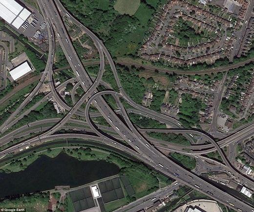Gravelly Hill là nút giao thông phức tạp nhất tại Anh nằm trên 121.400m2 đất. Đây chính là nơi giao nhau của 18 tuyến đường và 6 tầng xe, có 559 cột bê tông với chiều cao lên tới hơn 24m.