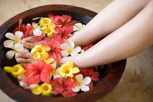 Ngâm chân trong nước lạnh và thoa kem dưỡng để giữ độ ẩm nhé!