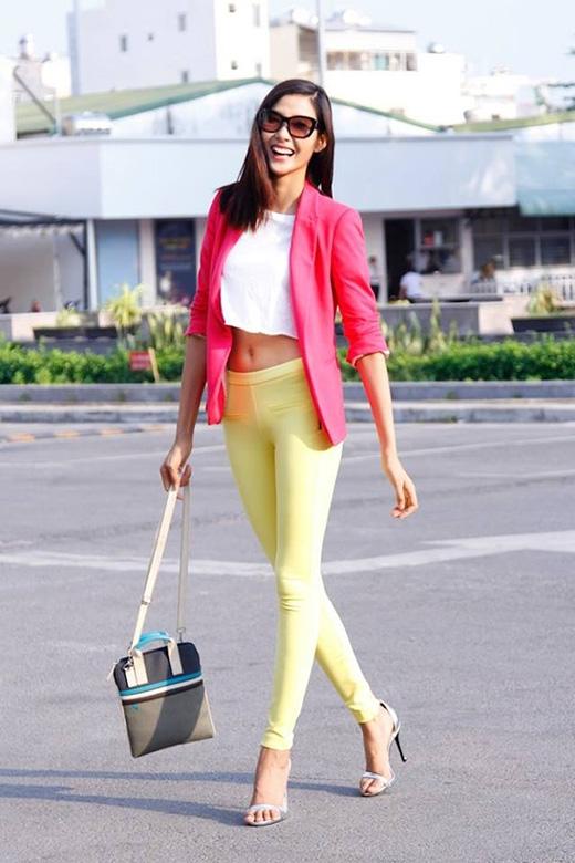 Thông thường, phái đẹp sẽ có xu hướng nghiêng về trước để di chuyển nhanh trên giày cao. Vì thế, để tạo ra sự cân bằng về lực trên toàn bộ cơ thể các cô gái nên ngã nhẹ người về phía sau.