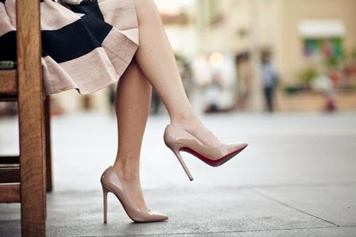 Dĩ nhiên, việc nghỉ ngơi và massage chân sau khi di chuyển hoặc đứng lâu trên giày cao gót luôn là việc làm cần thiết.