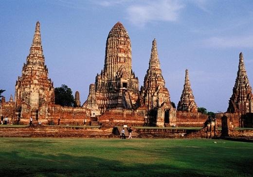 Khu đền cổ Ayutthaya hiên ngang dưới ánh mặt trời.