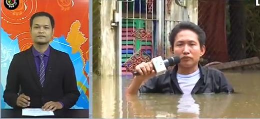 Hình ảnh anh phóng viên tác nghiệp giữa dòng nước lũ kinh hoàng.