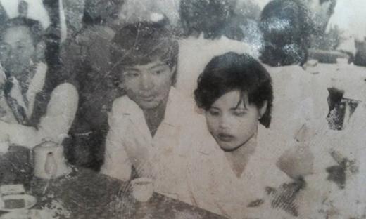 Bạn Huyền Lê viết: 'Bố mẹ em thời chưa có ảnh màu cũng chưa có váy cưới, hoa cưới. Bố mẹ em kể chỉ may hai cái áo trắng mặc thế thôi'.